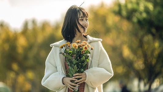 文艺清新美女手持花束图片