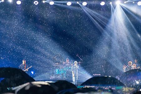 大雨滂沱中的音乐节图片