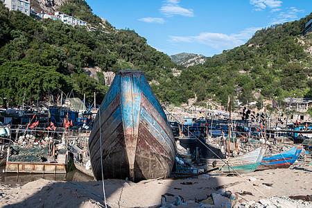 海边渔村的旧木船图片