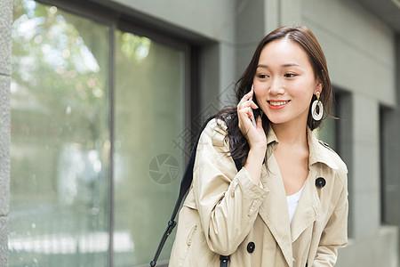 路边打电话的年轻女性图片