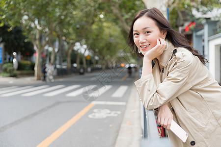 城市旅行的女性图片