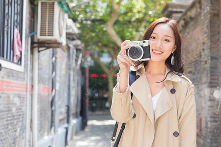 旅行拍照的女孩图片