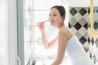 年轻女性早起刷牙图片