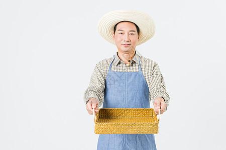 果农手拿篮子留白图片