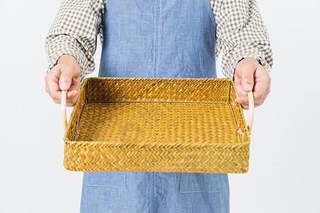 农民手拿篮子特写图片