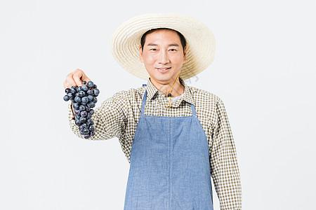 果农手提葡萄图片