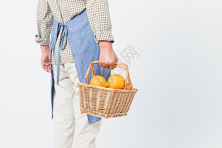 果农手提橙子提篮特写图片