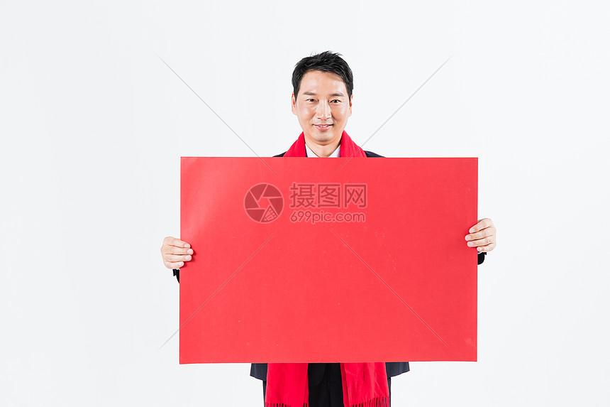 新春商务男性手拿红纸图片