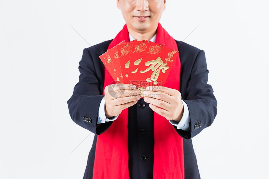 新春商务男性手拿红包特写图片