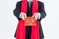 新春商务男性递红包特写图片