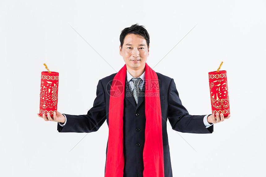 新春商务男性手拿鞭炮图片