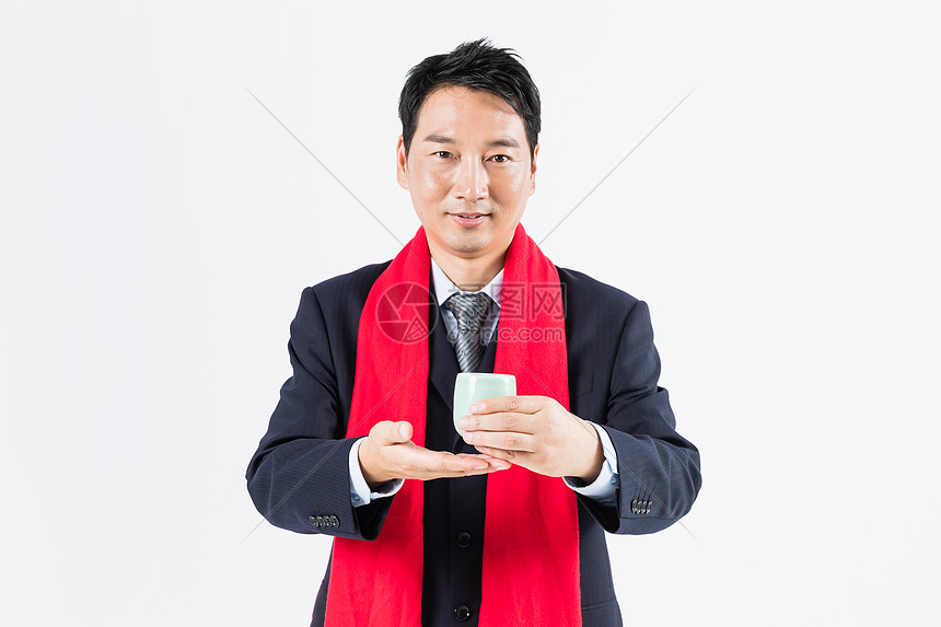 新春商务男性敬茶图片