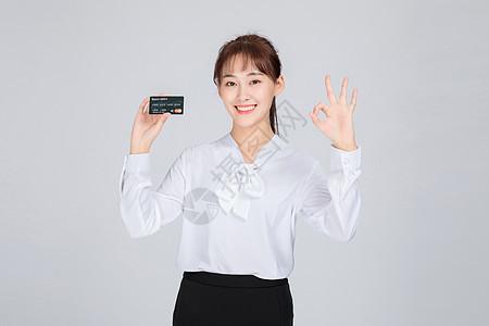 拿信用卡的客服美女图片