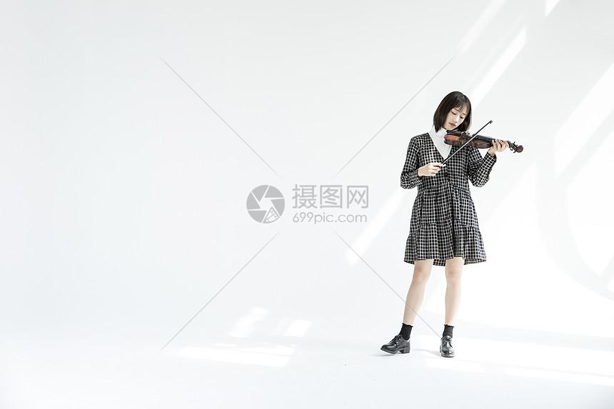 文艺女性拉小提琴图片