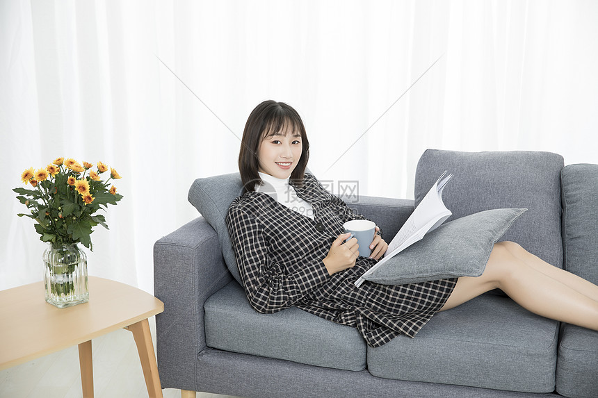 居家文艺少女看书图片