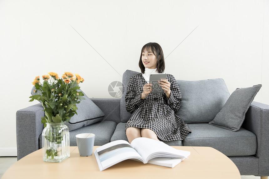 居家文艺玩平板电脑图片