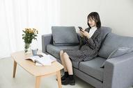 居家文艺女性玩手机图片