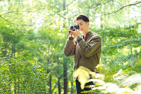 青年男性拍照图片