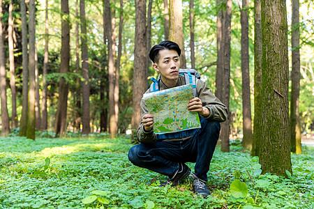 青年男性户外探险图片