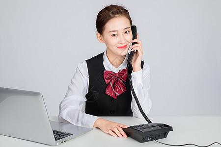 接电话的客服美女图片
