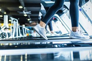 跑步机上脚部特写图片