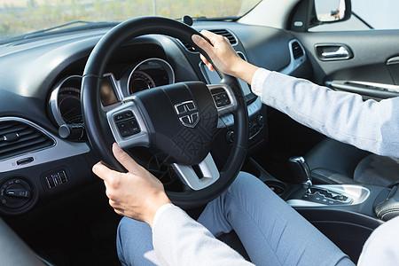 手握汽车方向盘图片