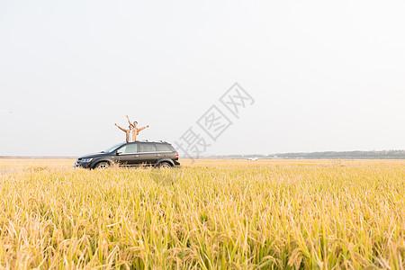 情侣开车旅行图片