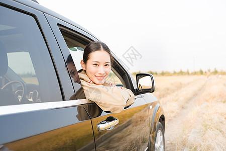 年轻人开车出行旅行图片