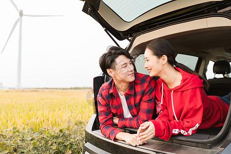 情侣驾车户外旅行图片