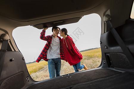 情侣开车去旅行图片