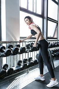 健身的女生图片