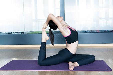 做瑜伽的女生图片