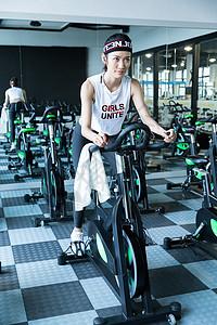 运动骑车的女生图片