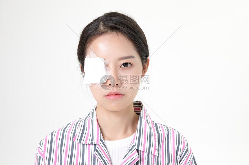 女性眼睛受伤图片