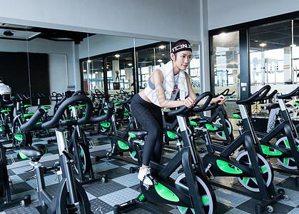 健身运动的女生图片