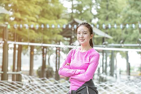 户外晨跑运动女生图片
