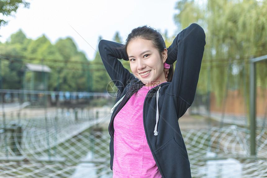 户外女性运动健身形象图片
