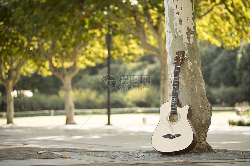 户外的吉他图片