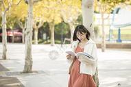 文艺少女户外看书图片