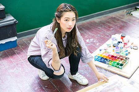 青春女孩地上画油画图片