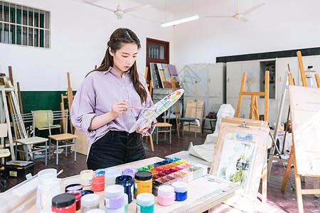 女性绘画调颜料图片