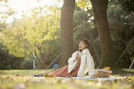 户外文艺少女野餐图片