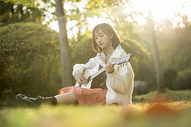 文艺少女户外弹吉他图片