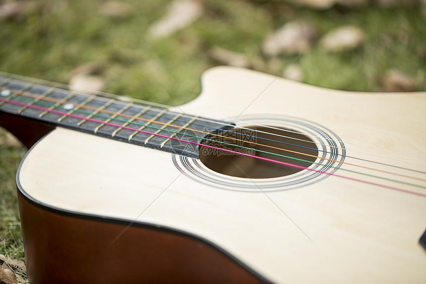 草地上的吉他图片