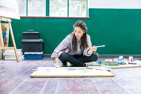 青春女孩坐地上画油画图片