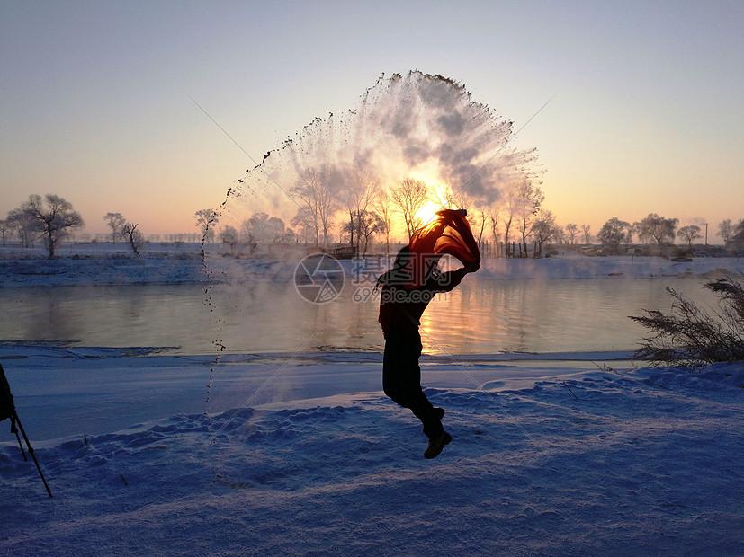 吉林雾凇岛泼水成冰图片