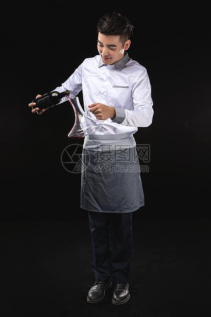 男服务生红酒服务图片