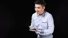 男服务生热情点菜图片