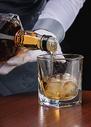 男性服务员洋酒服务501098626图片