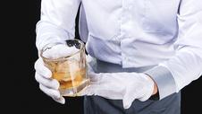 男性服务员洋酒服务501098627图片